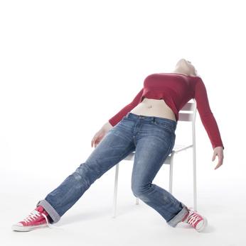 jeune fille vautrée sur une chaise de fatigue